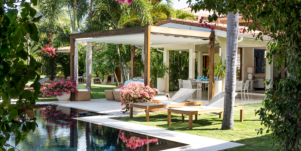 Outdoor Lounge Pool area with chaise lounge and infinty edge pool