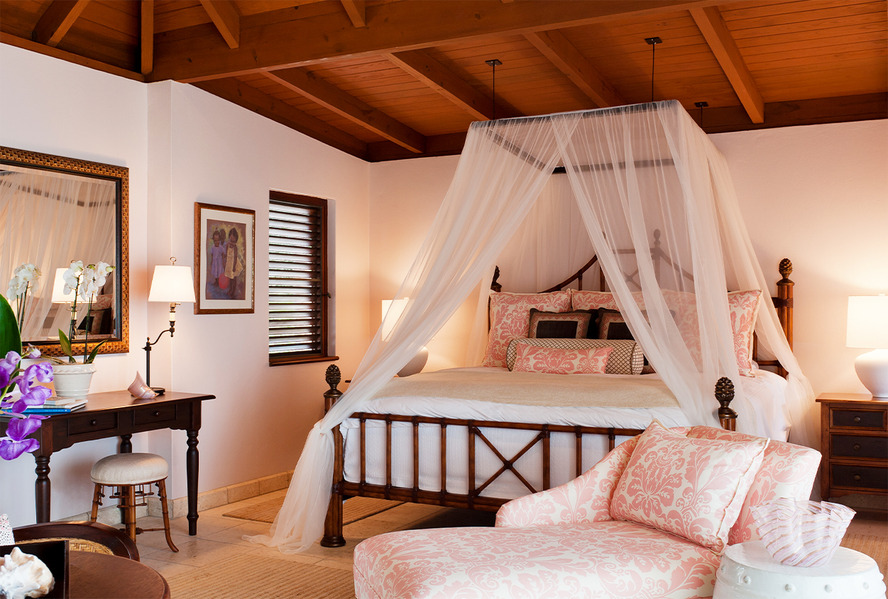 Extra bedroom with king sized canopy bed in Tamarind Cove
